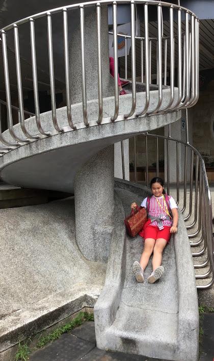 滑楼梯放学